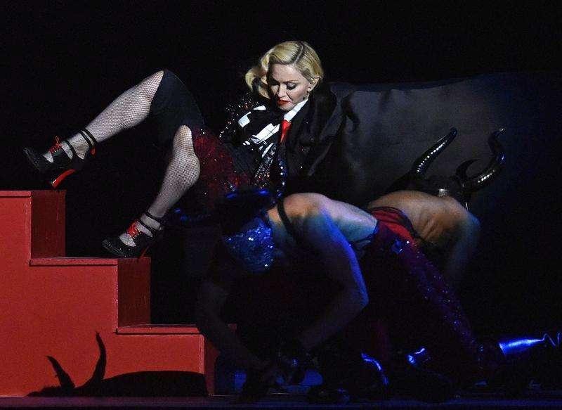 Madonna cai durante show no BRIT Awards, em Londres. 25/02/2015 Foto: Toby Melville/Reuters