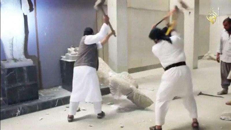 Homens destroem estátua em museu que ficaria em Mosul, em imagem retirada de vídeo que circula na Internet Foto: Site de mídia social via Reuters TV/Reuters