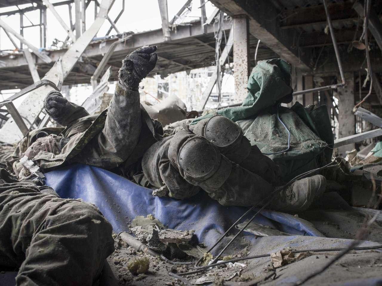 Vista de los restos mortales de varios soldados ucranianos en el destrozado aeropuerto internacional de Donetsk. Foto: EFE en español