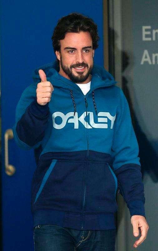 Piloto da McLaren Fernando Alonso deixa hospital perto de Barcelona. 25/02/2015 Foto: Albert Gea/Reuters
