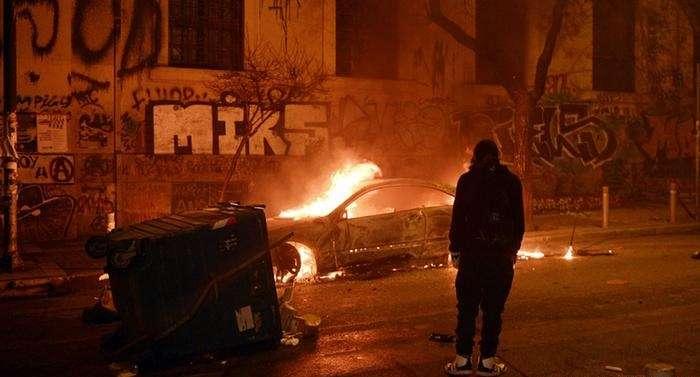 Cerca de 450 manifestantes de extrema esquerda foram às ruas de Atenas Foto: AFP