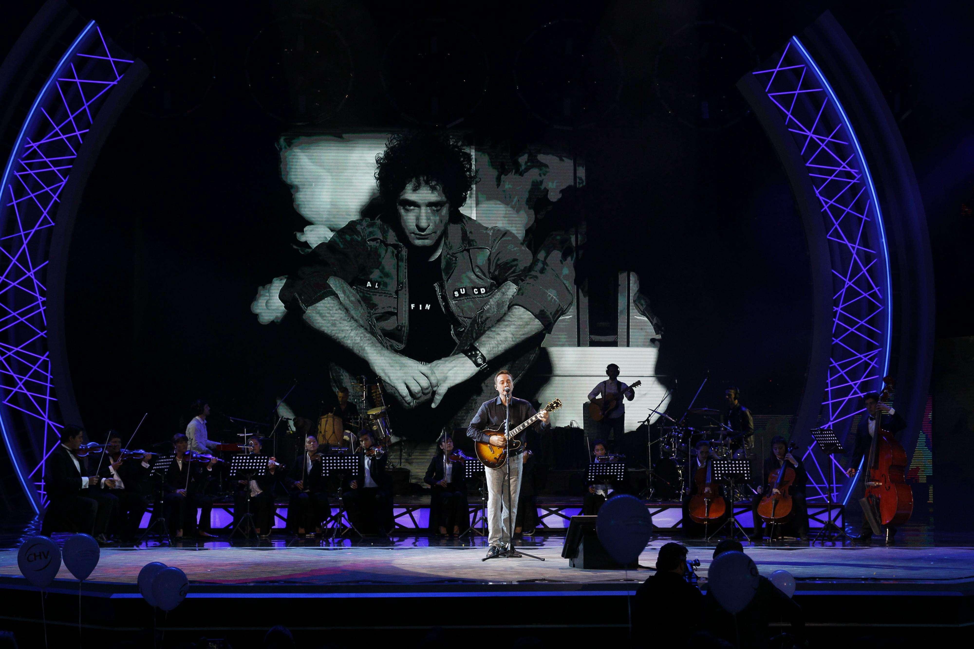 """25 de Febrero de 2015: Pedro Aznar realiza Homenaje a Gustavo Cerati durante la cuarta noche de Viña 2015. El argentino fue amigo personal del astro del rock: """"Me concentré en la música, si me pongo a recordar no puedo tocar"""". Foto: Agencia UNO"""