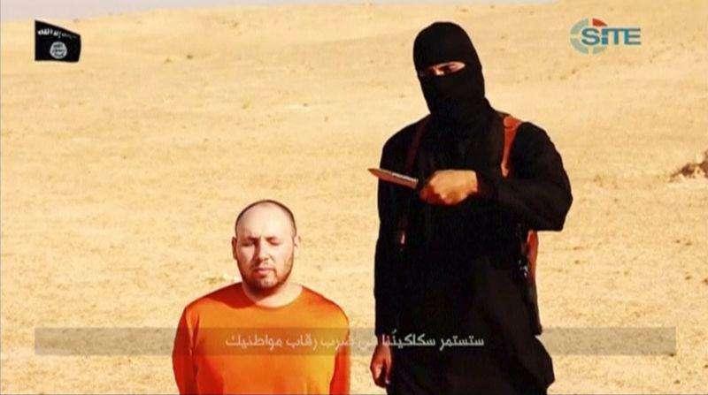 """Militante mascarado identificado por fonte dos EUA como Mohammed Emwazi, conhecido como """"Jihadi John"""". 26/02/2015 Foto: SITE Intel Group via Reuters TV/Reuters"""