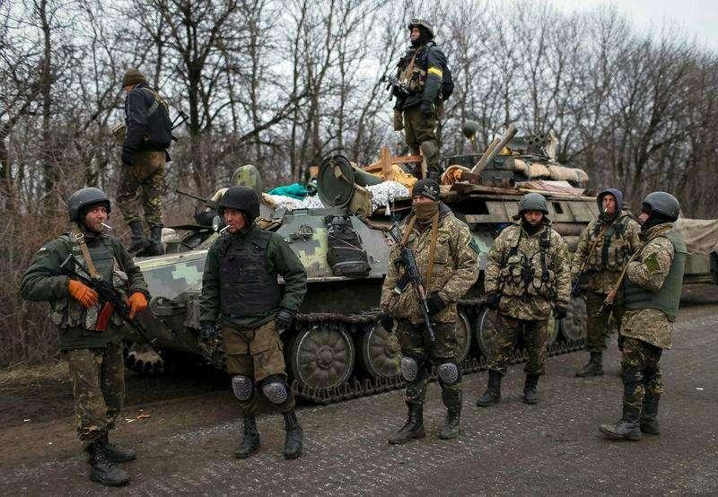 Militares ucranianos preparam retirada da região de Debaltseve, perto de Artemivsk. 26/02/2015 Foto: Gleb Garanich/Reuters