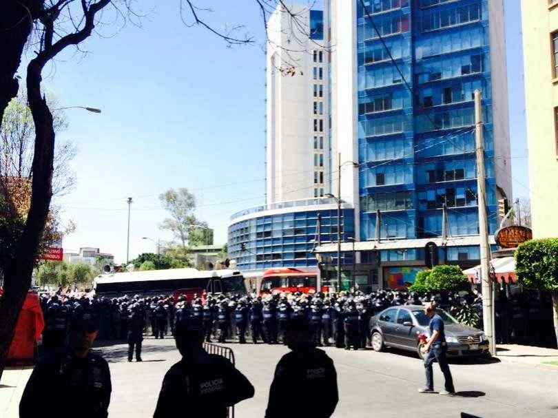 Alrededor de 200 elementos de la Policía Bancaria impidieron que los manifestantes llegaran hasta el Senado. Foto: Twitter/@israrosey