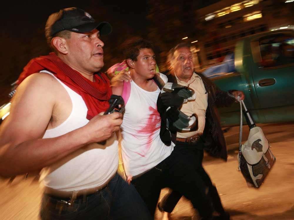 Tras las detenciones, se registró otro pleito en el que los supuestos anarquistas lanzaron tambos a los agentes. Foto: Terra