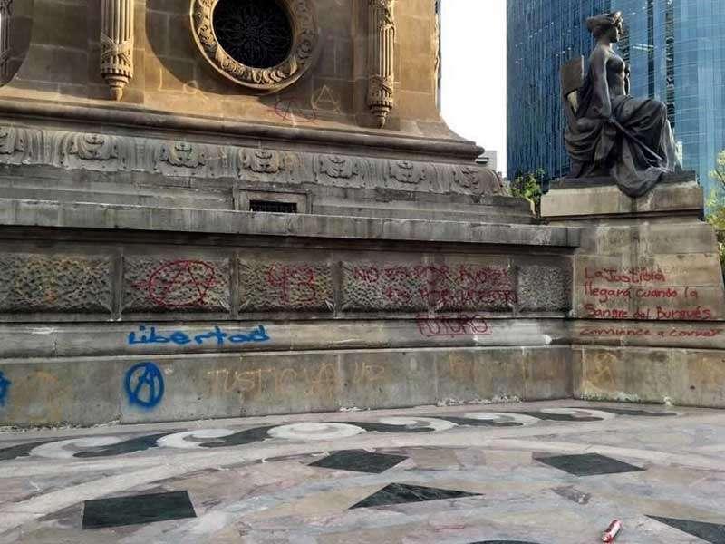 Otra columna afectada fue la que alberga la de la estatua de la Ley y los nombres de Josefa Ortiz, Leona Vicario y Mariana Rodríguez. Foto: Reforma/Edgardo Abundis