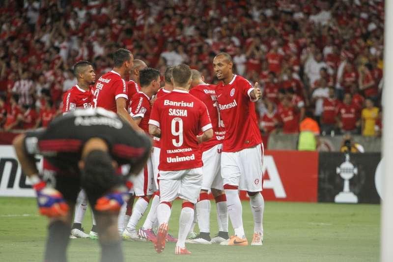 Inter de Porto Alegre aprovechó las falencias defensivas de Universidad de Chile y lo venció por 3-1 en Brasil en lo que fue la segunda fecha del Grupo 4 de Copa Libertadores, donde los chilenos son colistas. Foto: Photosport