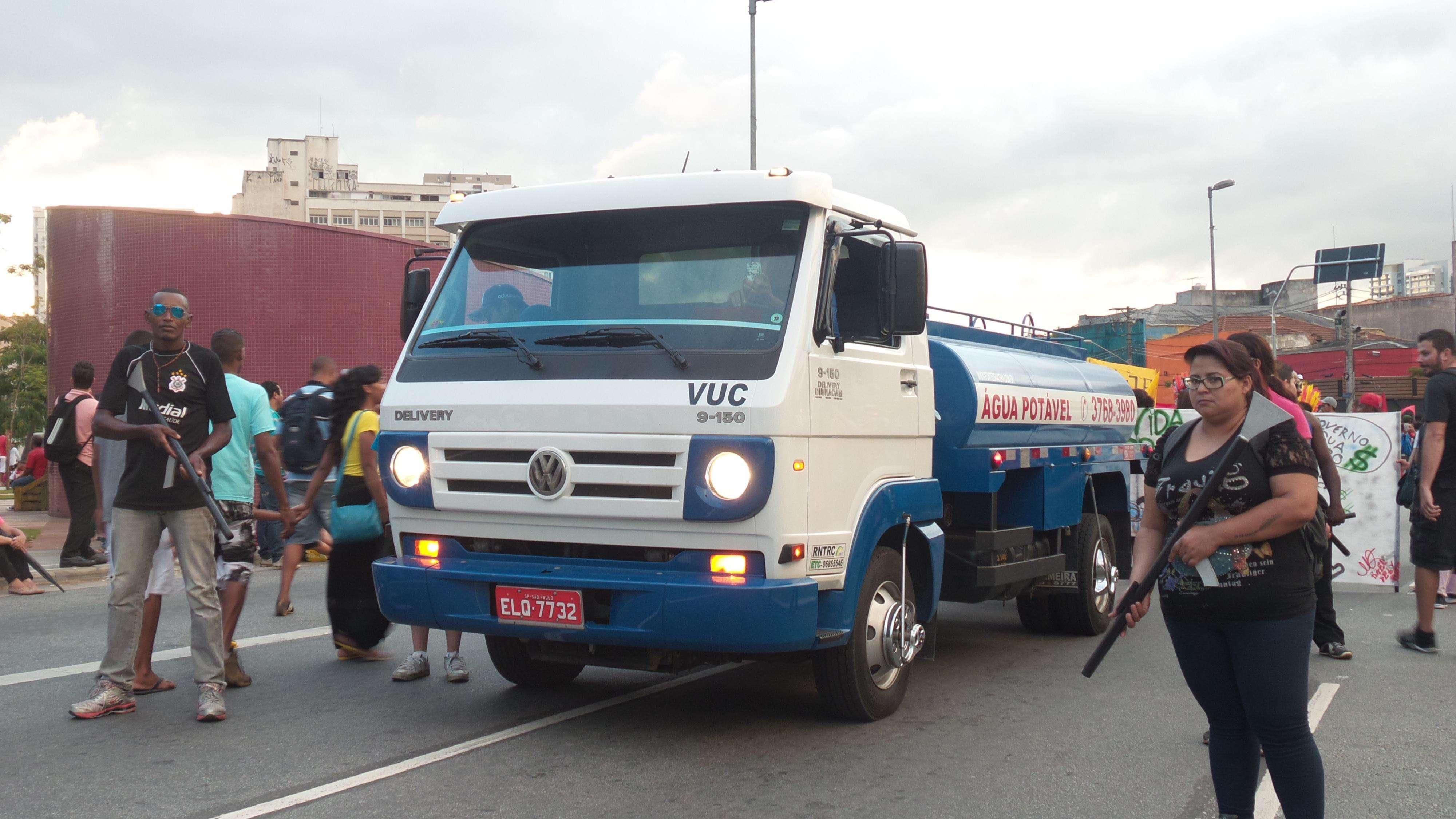 Caminhão-pipa teve escolta de brincadeira durante o protesto Foto: Janaina Garcia/Terra