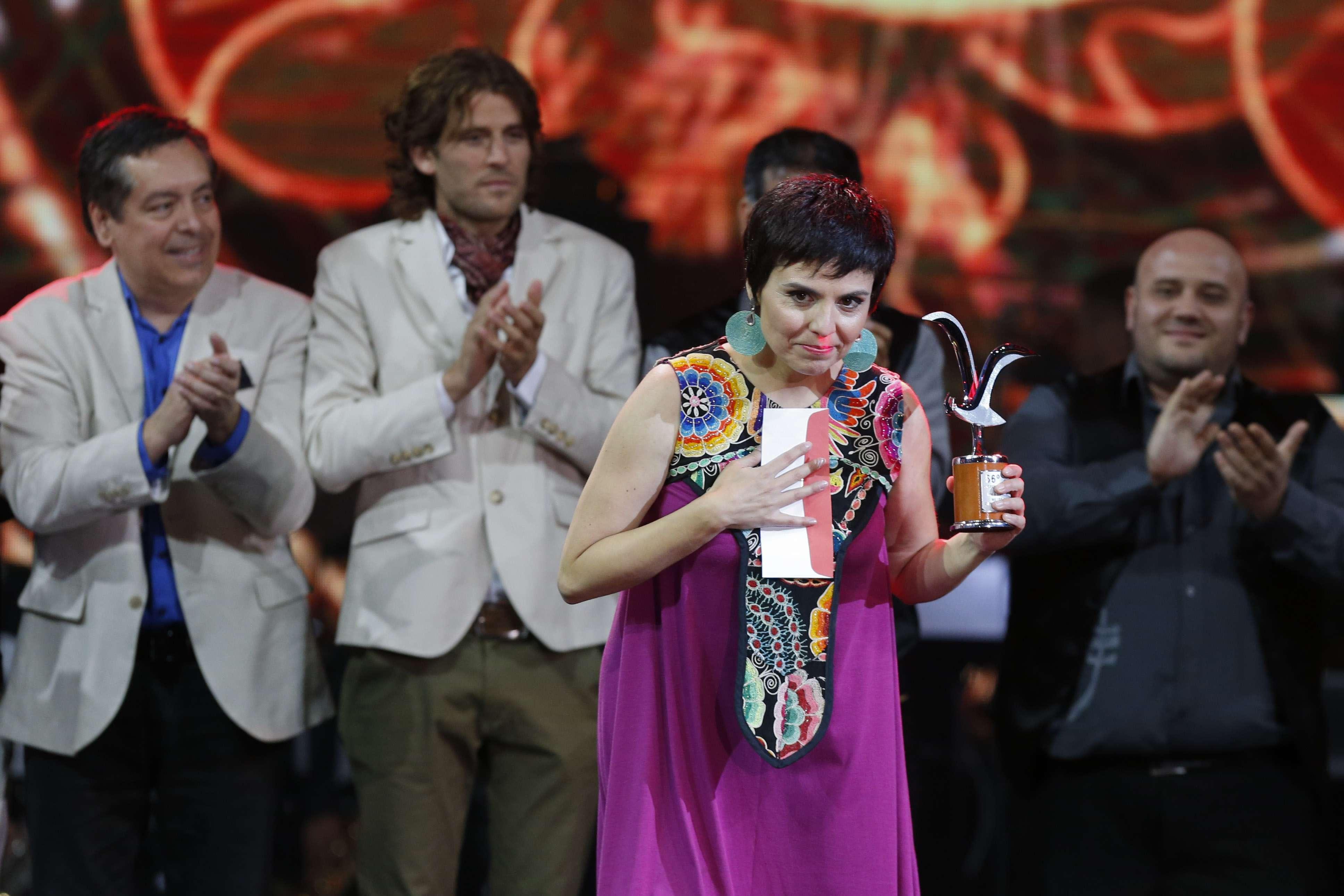 La chilena Elizabeth Morris recoge su Gaviota de Plata a la mejor canción en la categoría folclórica. Foto: Agencia UNO