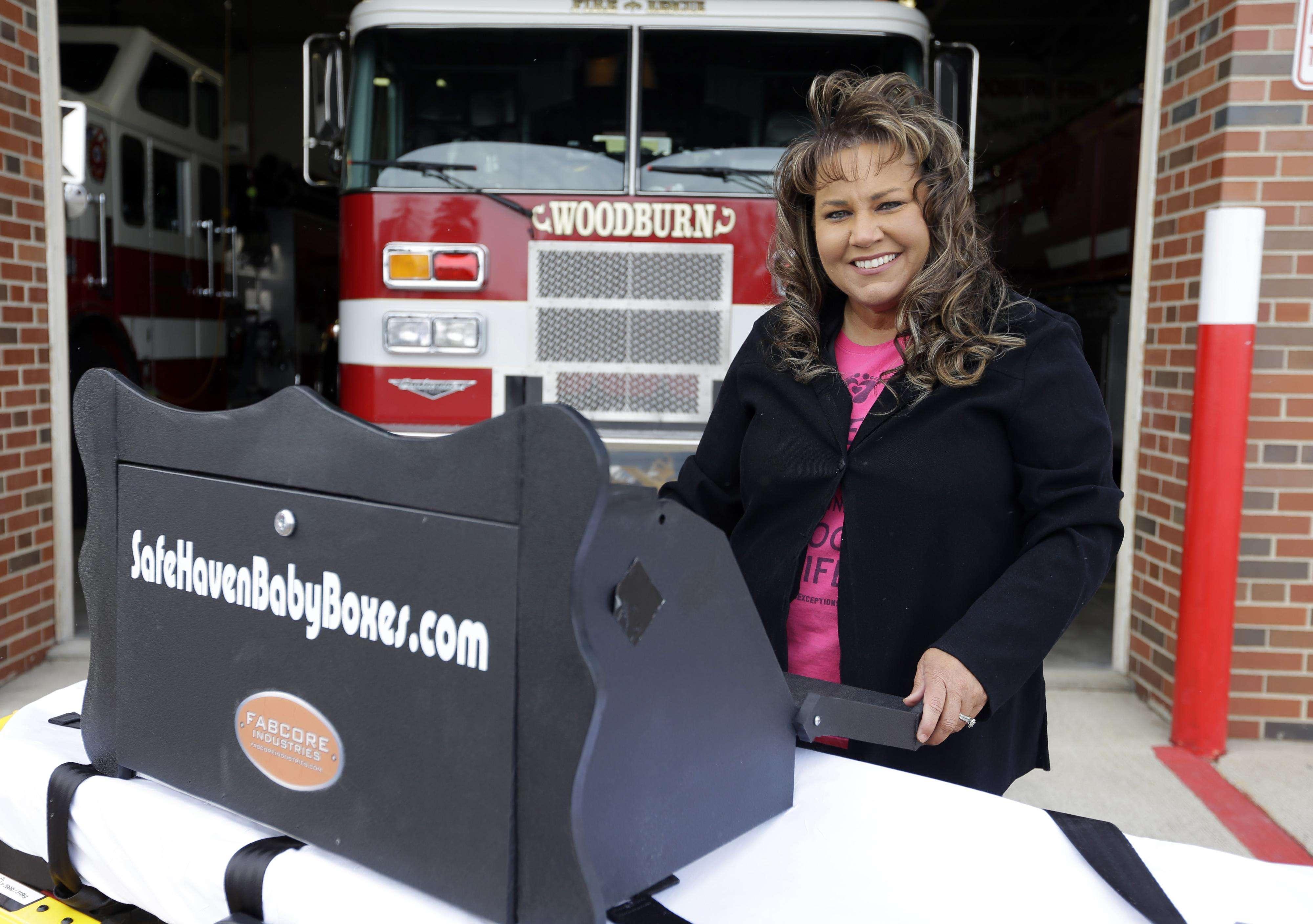 Monica Kelsey, bombera y paramédico que preside Safe Haven Baby Boxes Inc., posa con un prototipo de 'caja de bebés', donde padres pueden entregar a sus pequeños anónimamente. Foto: AP en español