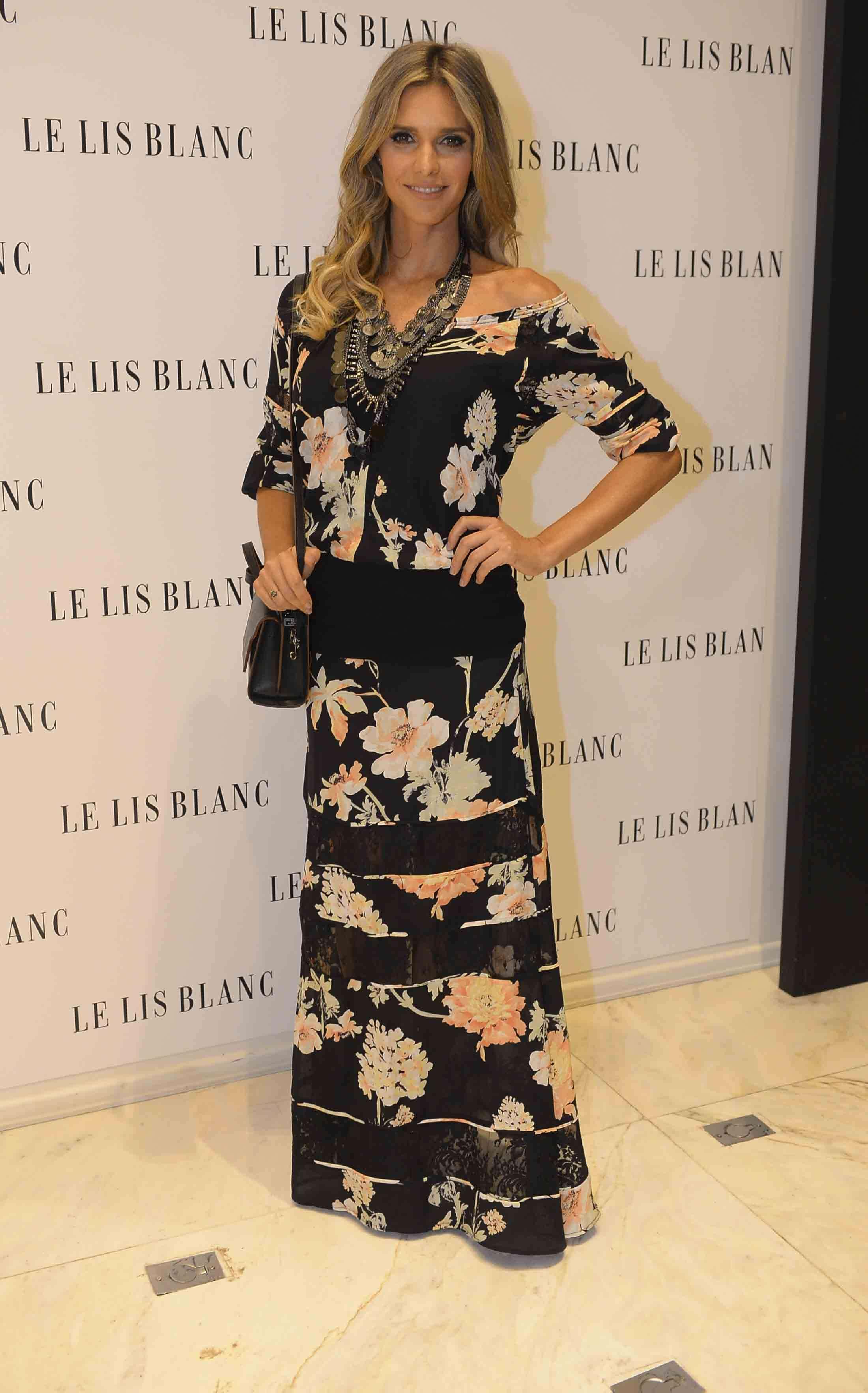 Com fundo preto e flores claras, o conjunto de saia e blusa que Fernanda Lima usa é chique é fino. As faixas horizontais pretas podem achatar a silhueta, por isso devem ser evitadas pelas mais baixas Foto: Léo Franco/AgNews