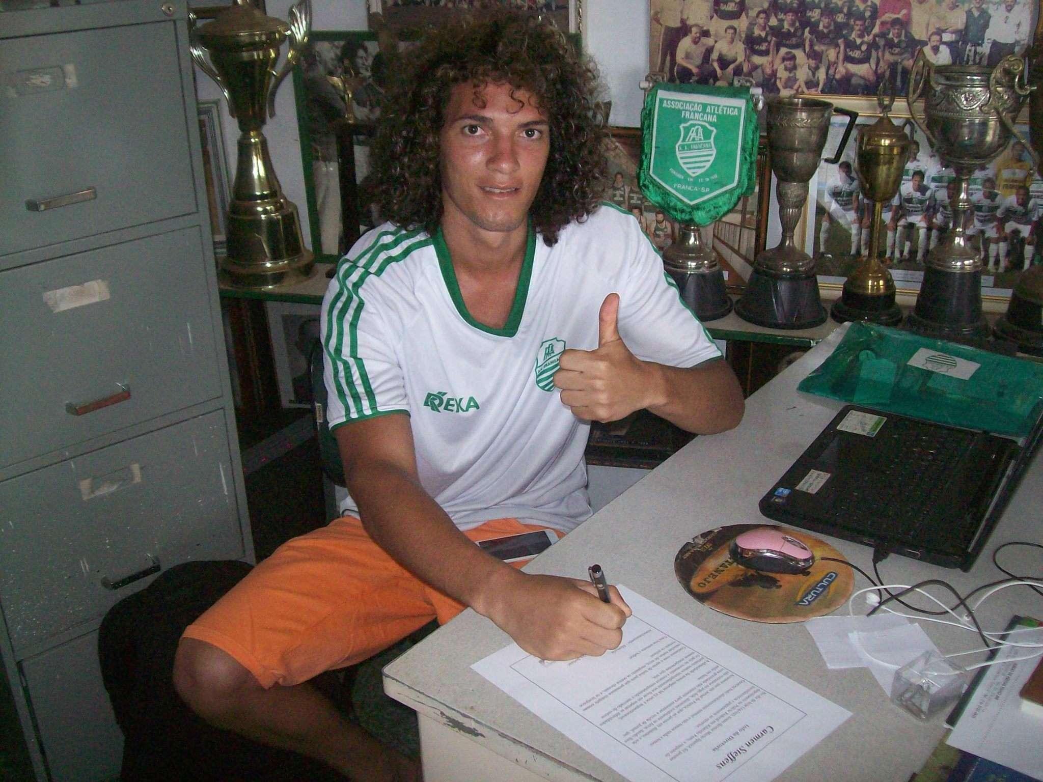 Davi Luis assina contrato com a Francana Foto: Facebook/Reprodução
