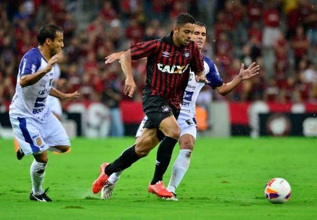 Dellatorre, assim como na pré-temporada, teve atuação apagada na Arena Foto: Atlético-PR/Divulgação