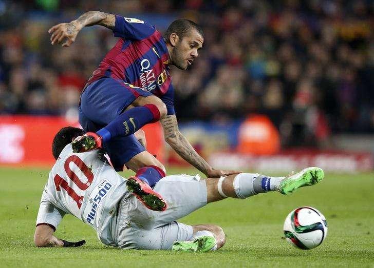 Daniel Alves, do Barcelona, disputa lance com jogador do Atlético de Madri Arda Turan na Copa do Rei. 21/01/2015. Foto: Gustau Nacarino/Reuters