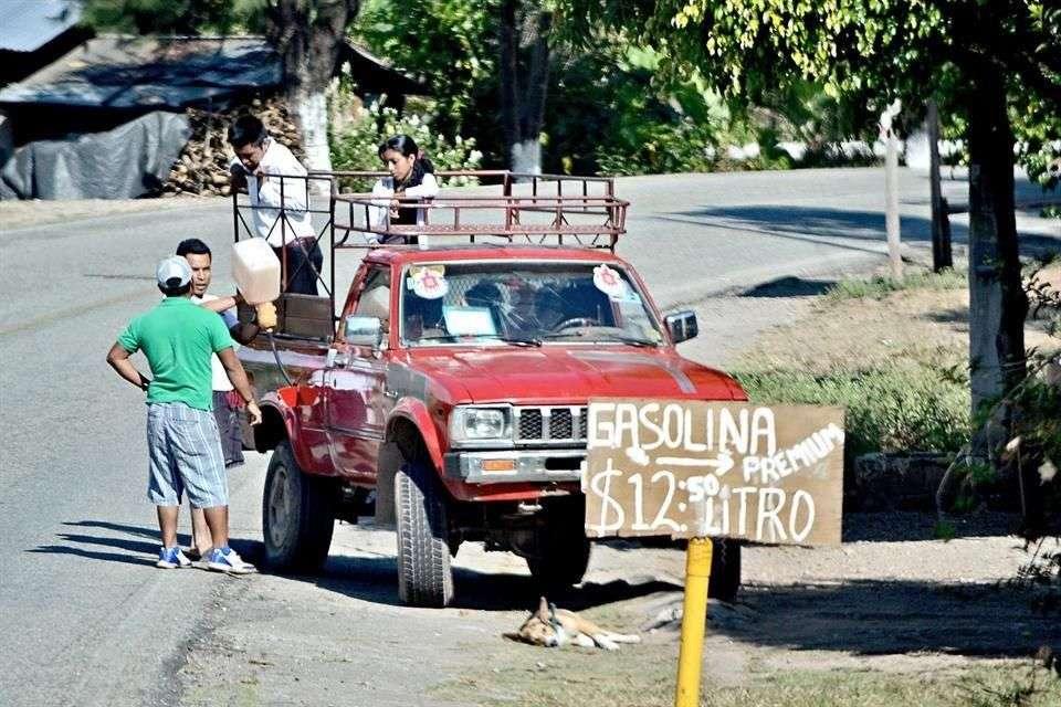 Los puntos de venta ilegal de gasolina se ubican a orillas de las carreteras, sin las mínimas medidas de seguridad. Foto: Reforma