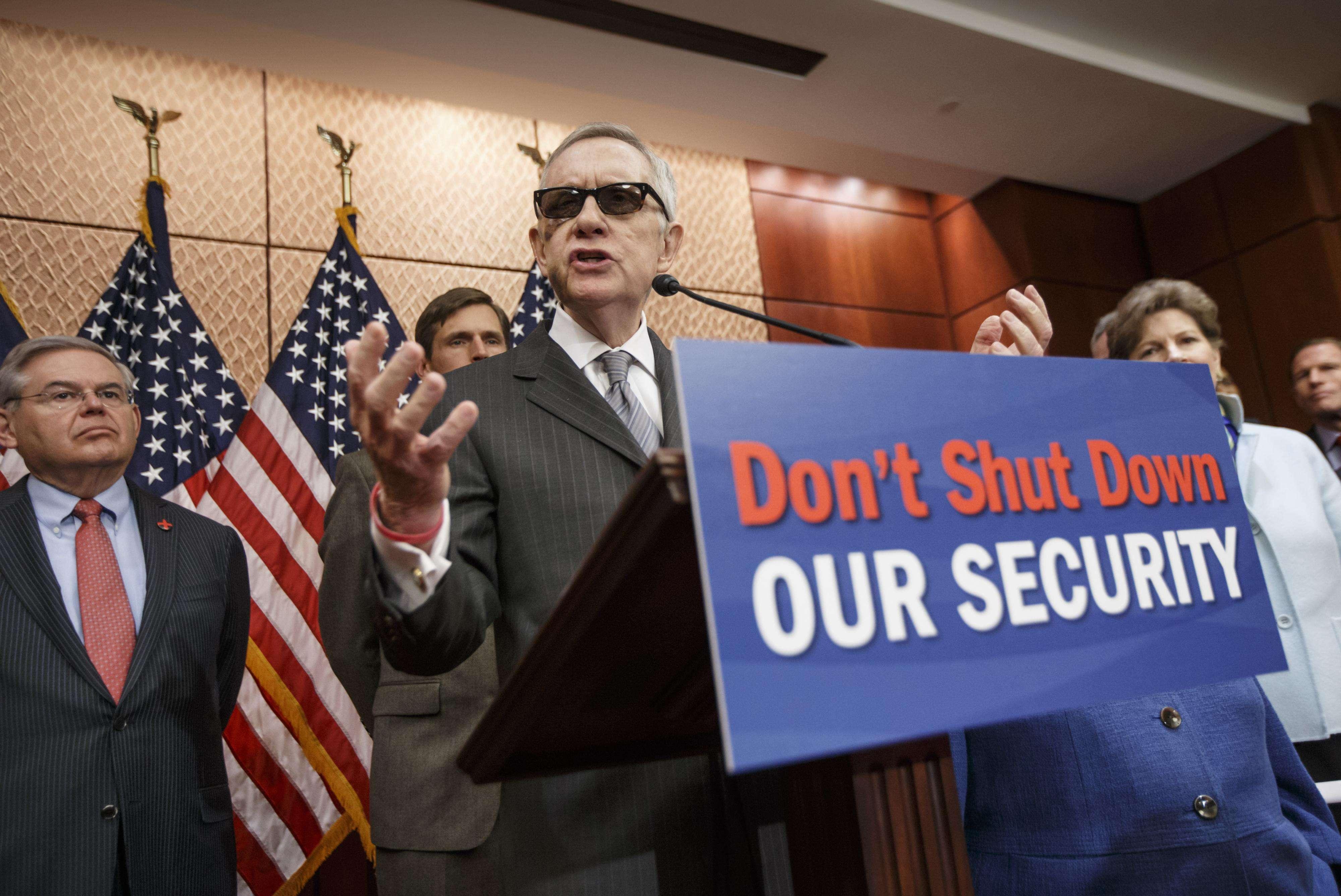 Harry Reid de Nevada, al centro, líder de la minoría demócrata en el Senado, habla durante una conferencia de prensa en el Capitolio, el martes 24 de febrero del 2015. Foto: AP en español