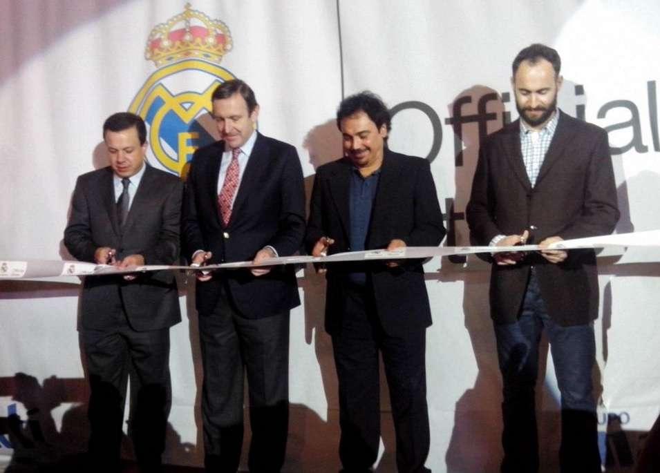 Sánchez autografió y regaló cinco balones al público. Foto: Twitter