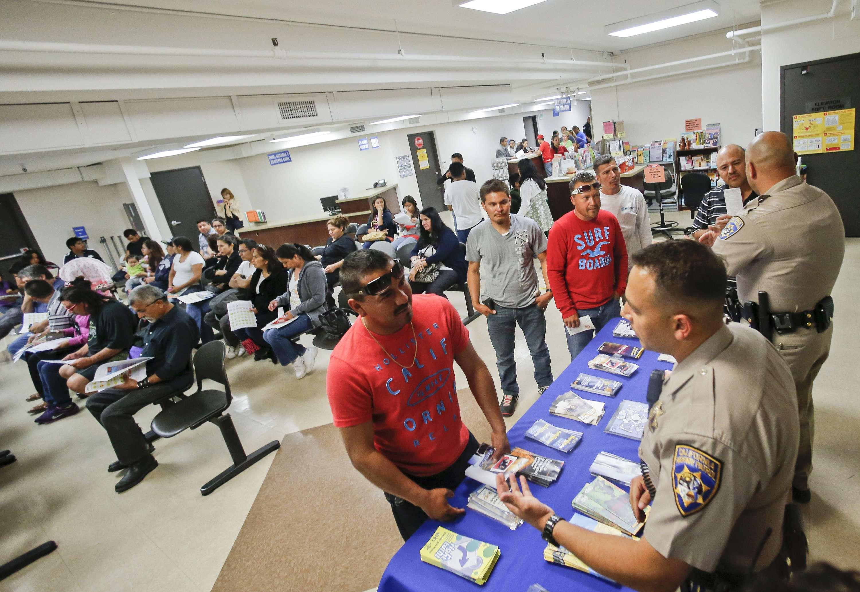 Agentes de tránsito orientan a solicitantes de la licencia de conducir en San Diego, California. (Foto de archivo) Foto: AP en español