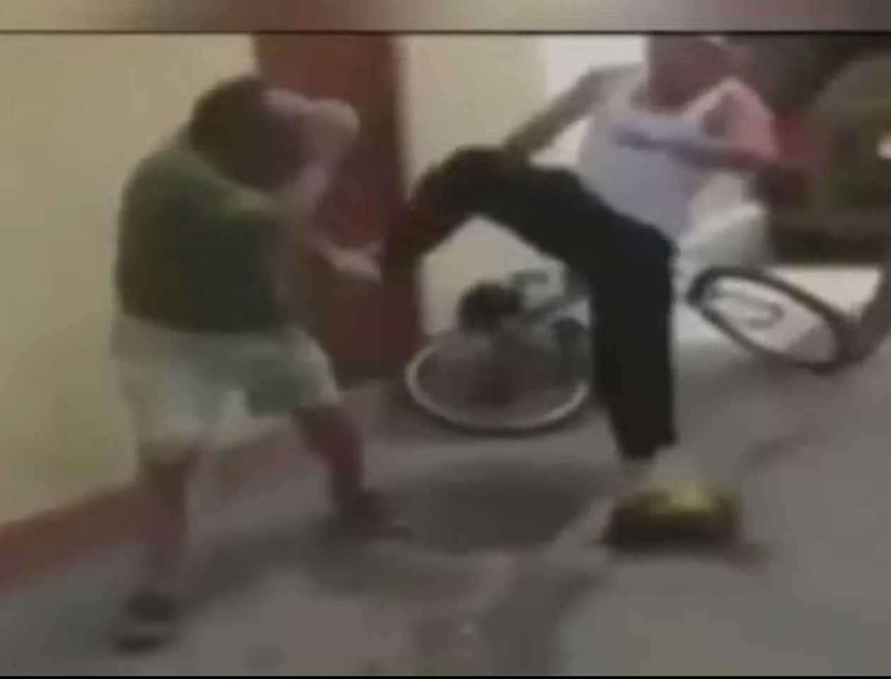 En el distrito limeño de Miraflores, el adolescente golpeó a un anciano, evento que fue captado en video. Foto: Imagen tomada de YouTube