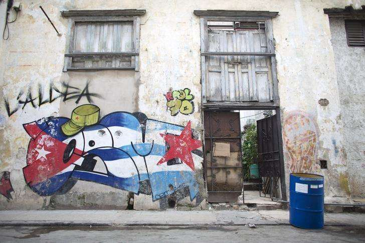Una calle de La Habana, feb 14 2015. Cuba y la Unión Europea llevarán adelante una tercera ronda de conversaciones la próxima semana en La Habana con la intención de incrementar el comercio, la inversión y el diálogo político tras dejar atrás una disputa que retrasó las negociaciones, dijo el viernes un funcionario del bloque. Foto: Alexandre Meneghini (CUBA - Tags: SOCIETY)/Reuters