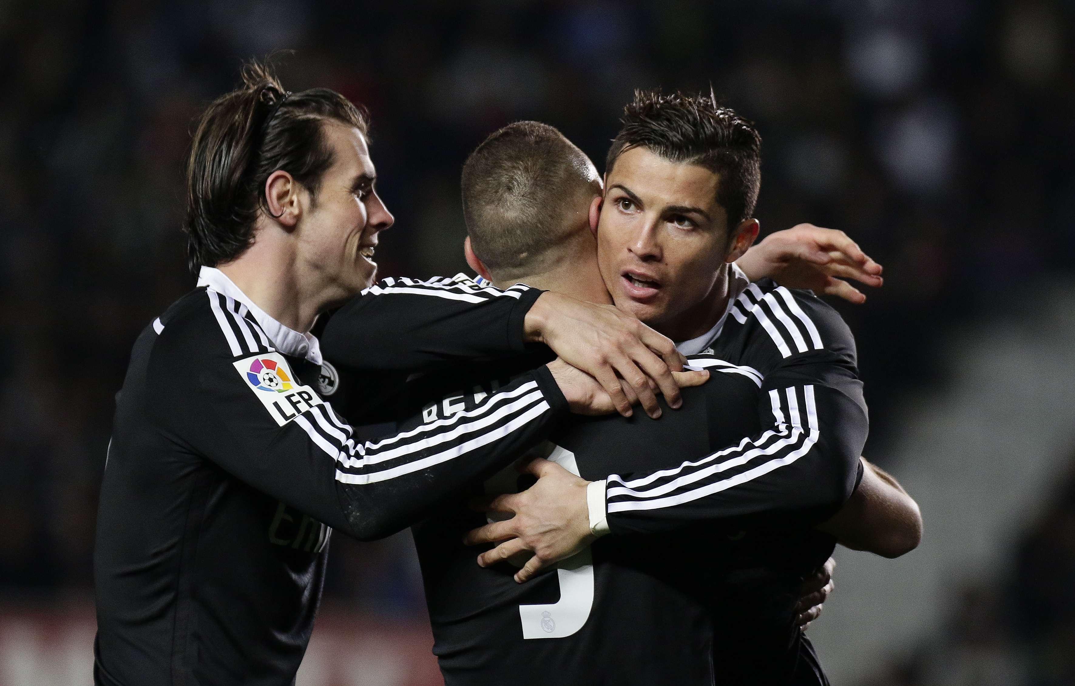 Junto con Gareth Bale y Cristiano Ronaldo, Karim Benzema celebra el gol que anotó en el partido Real Madrid vs. Elche FC, el pasado 22 de febrero. Foto: JOSE JORDAN / AFP