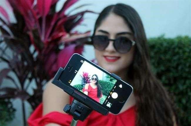 El precio al público de un selfie stick es de entre 300 y 400 pesos. Foto: Reforma
