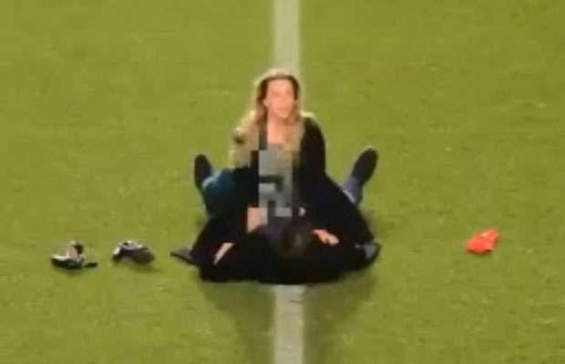 Casal fazendo sexo em estádio do Charlton? Não, apenas uma peça publicitária Foto: Reprodução