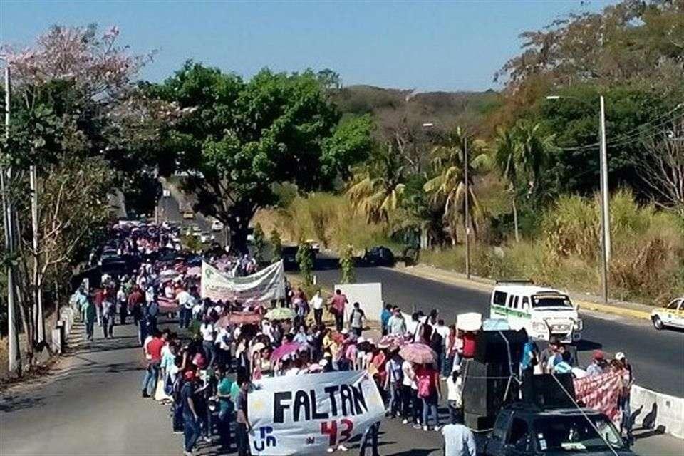 Maestros bloquearon la carretera Tapachula-Talismán, vía que comunica con Guatemala, en protesta por la desaparición de 43 normalistas. Foto: Especial/Reforma