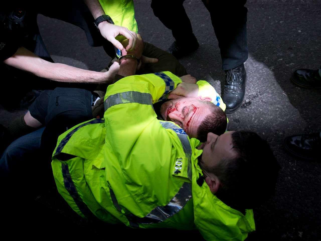"""Oficiales de policía detienen a un hombre que protestaba como parte de la rama británica de Pegida, movimiento alemán que se opone a lo que le llaman """"Islamización"""" de Europa, el 28 de febrero de 2015. Foto: AFP en español"""