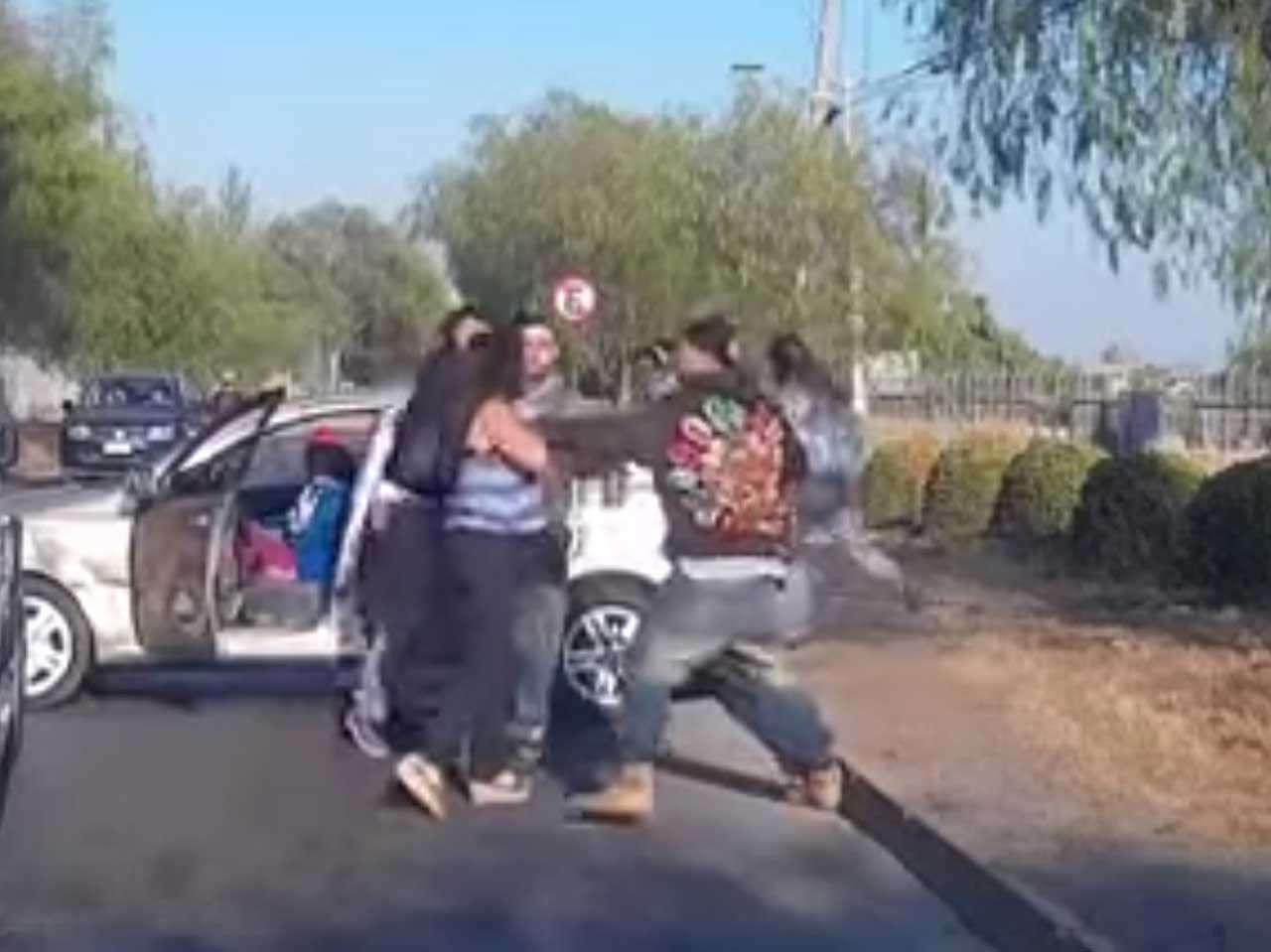 Los pasajeros de un auto golpean salvajemente a unas mujeres tras un choque en una carretera chilena, 21 de febrero de 2015. Foto: Reproducción