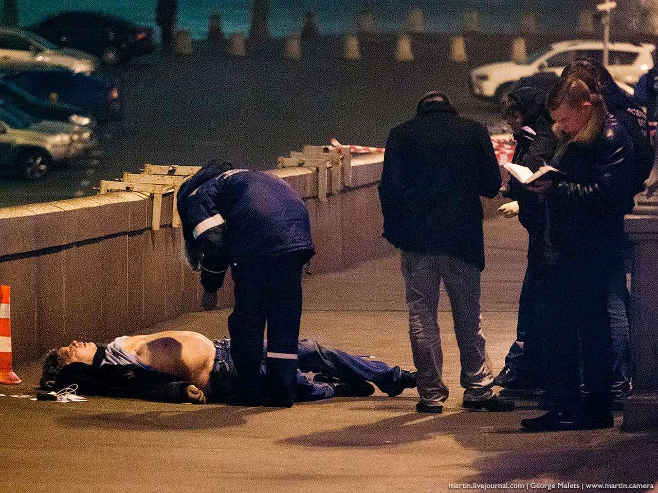 Policías rusos inspeccionan el cuerpo de Boris Nemtsov, líder de la oposición, en la Plaza Roja de Moscú, Rusia, el asesinato se dio un día antes de una gran manifestación de la oposición, el 28 de febrero de 2015. Foto: AP en español