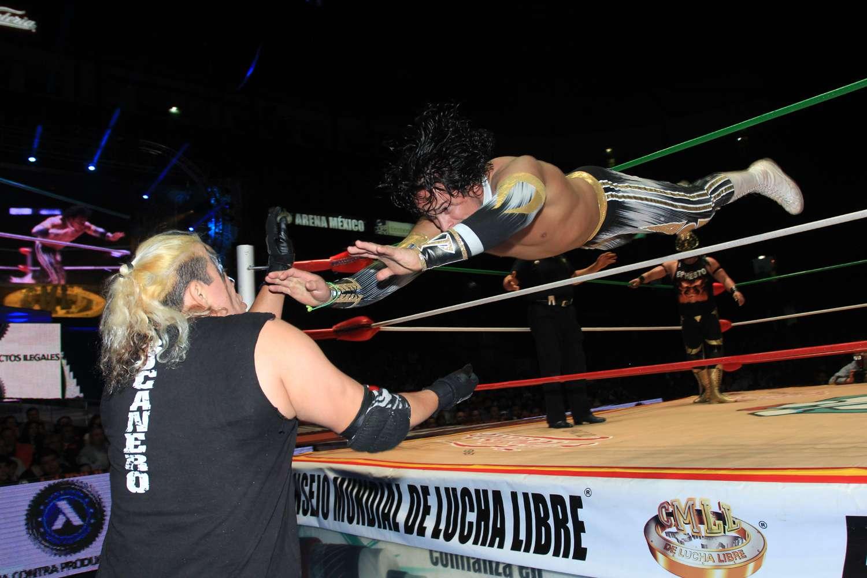 Aunque perdieron, Volador Jr., Místico y Valiente impresionaron con sus vuelos. Foto: Rosalio Vera/CMLL