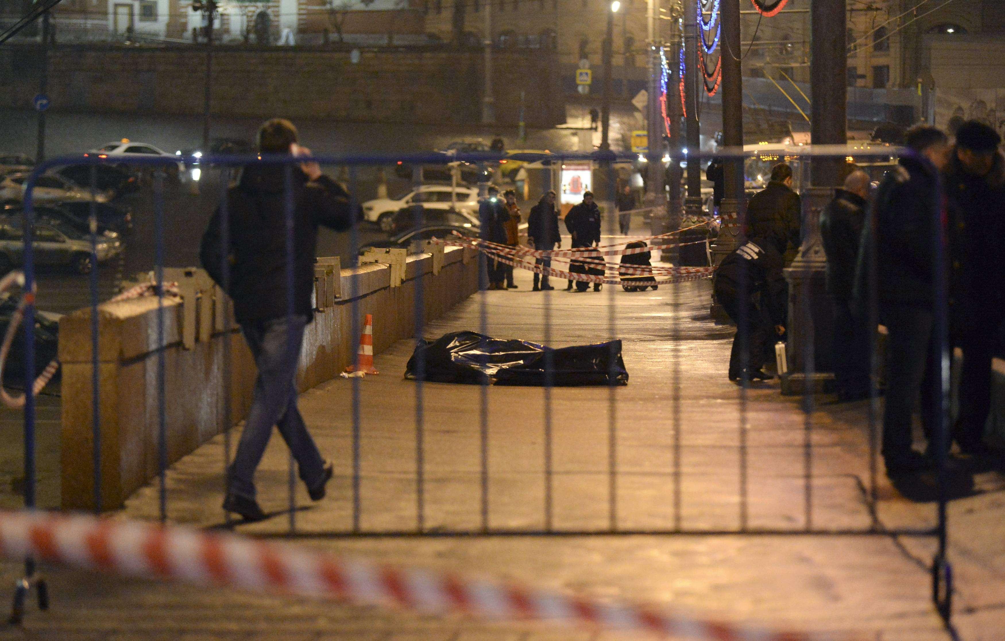 Investigadores junto al cuerpo cubierto del Boris Nemtsov en Moscú, el 26 de febrero de 2014. Crítico opositor del presidente Putin y su política con respecto a Ucrania, fue asesinado a tiros a dos pasos del Kremlin en el centro de la capital rusa este viernes. Foto: Reuters en español