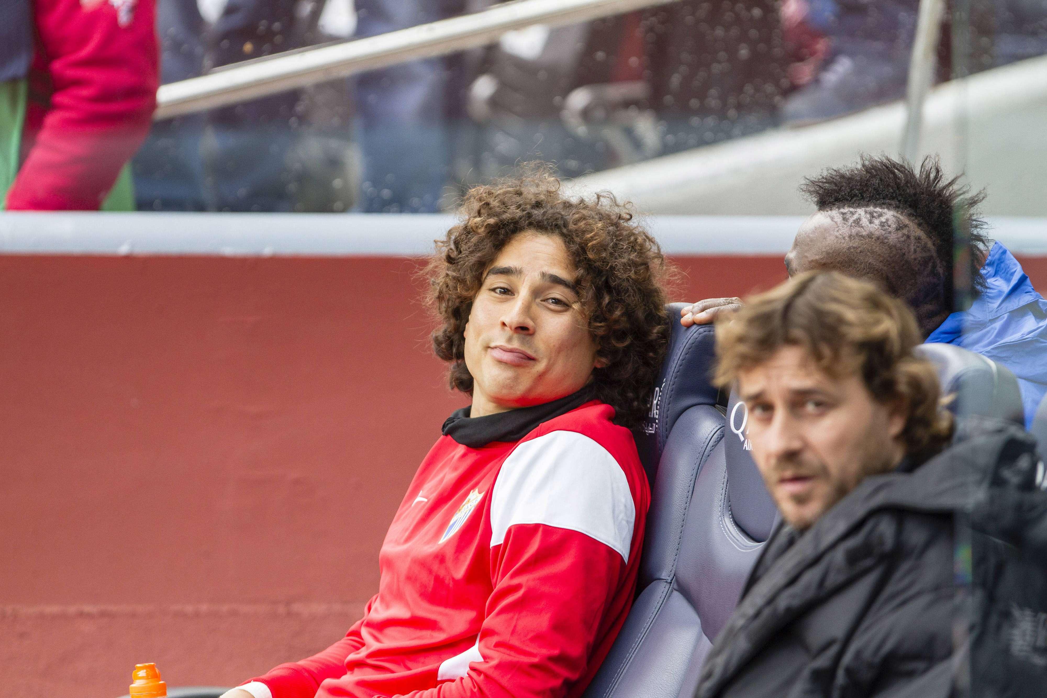 Ochoa luce resignado en el banquillo. Foto: Mexsport
