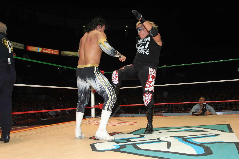 Momento en que Rey Bucanero le comete la falta a Volador. Foto: Rosalio Vera/CMLL
