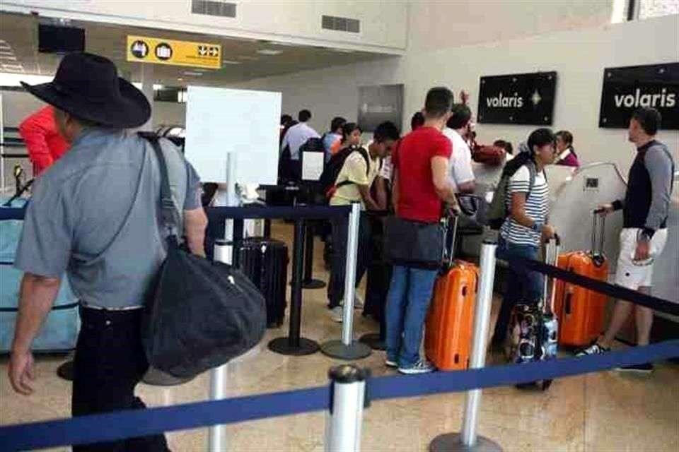 Tres vuelos fueron cancelados anoche Foto: Reforma