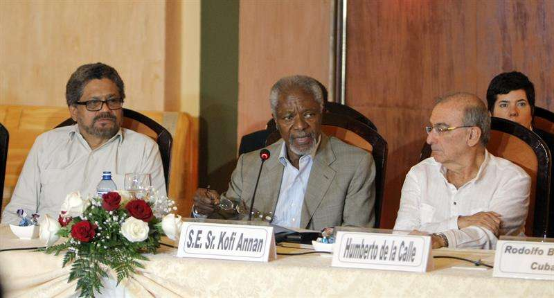 El exsecretario general de la ONU Kofi Annan (c), acompañado del jefe de la delegación del Gobierno colombiano, Humberto de la Calle (d), y el jefe del equipo de las Farc en diálogos de paz, Luciano Marín Arango, alias Iván Márquez. Foto: EFE en español