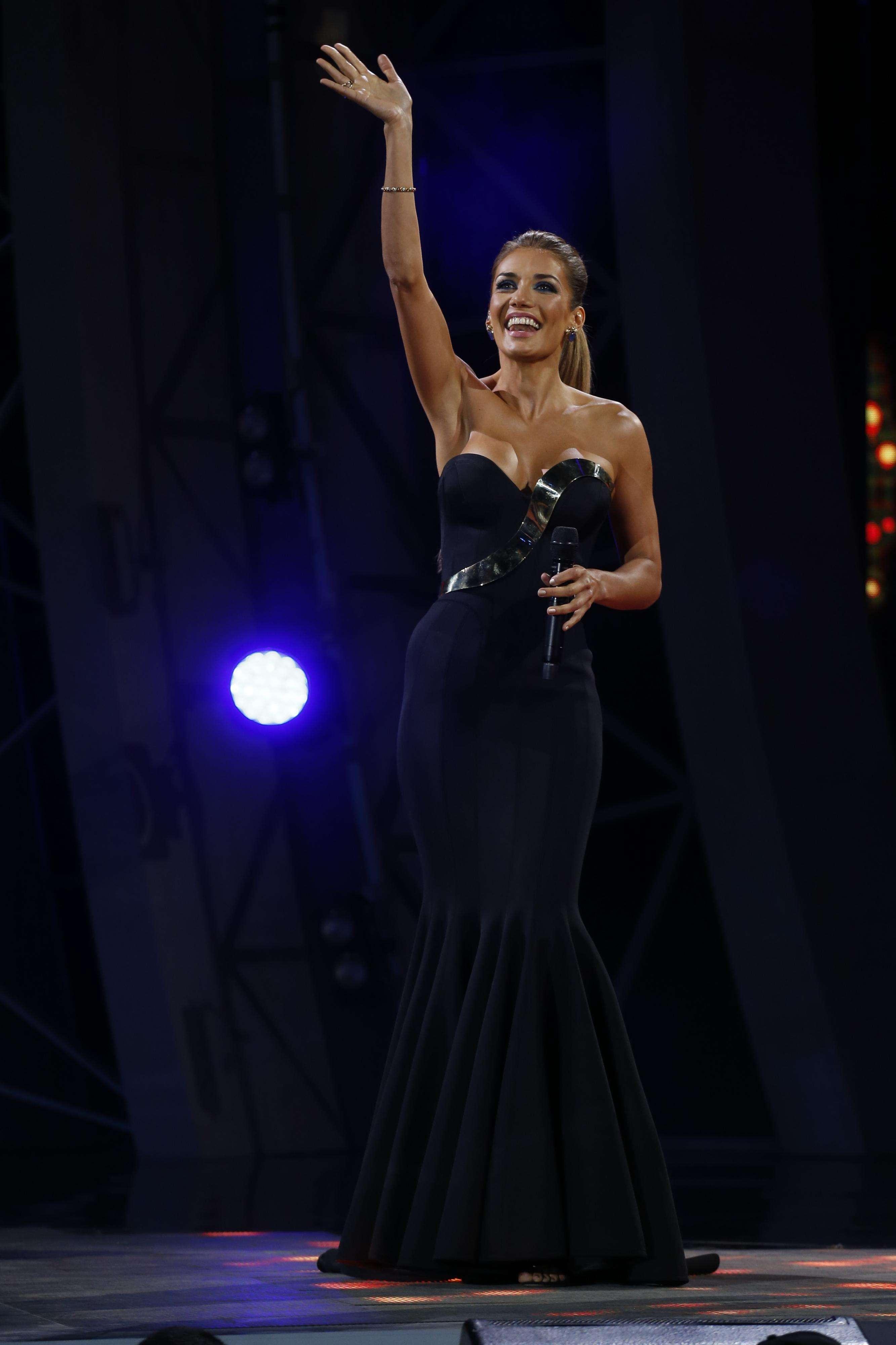 Impresionante Carolina De Moras en la última noche de Viña 2015: a cada jornada parecía más bella que la anterior. Sus vestidos y belleza recibieron halagos durante el todo festival. Foto: Agencia UNO