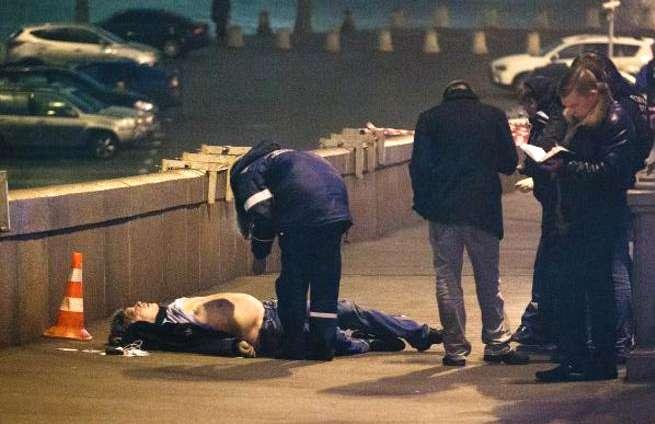 Reconocidos opositores del gobierno de Putin se desplazaron hasta la escena del crimen para mostrar su solidaridad con Nemtsov. Foto: Twitter