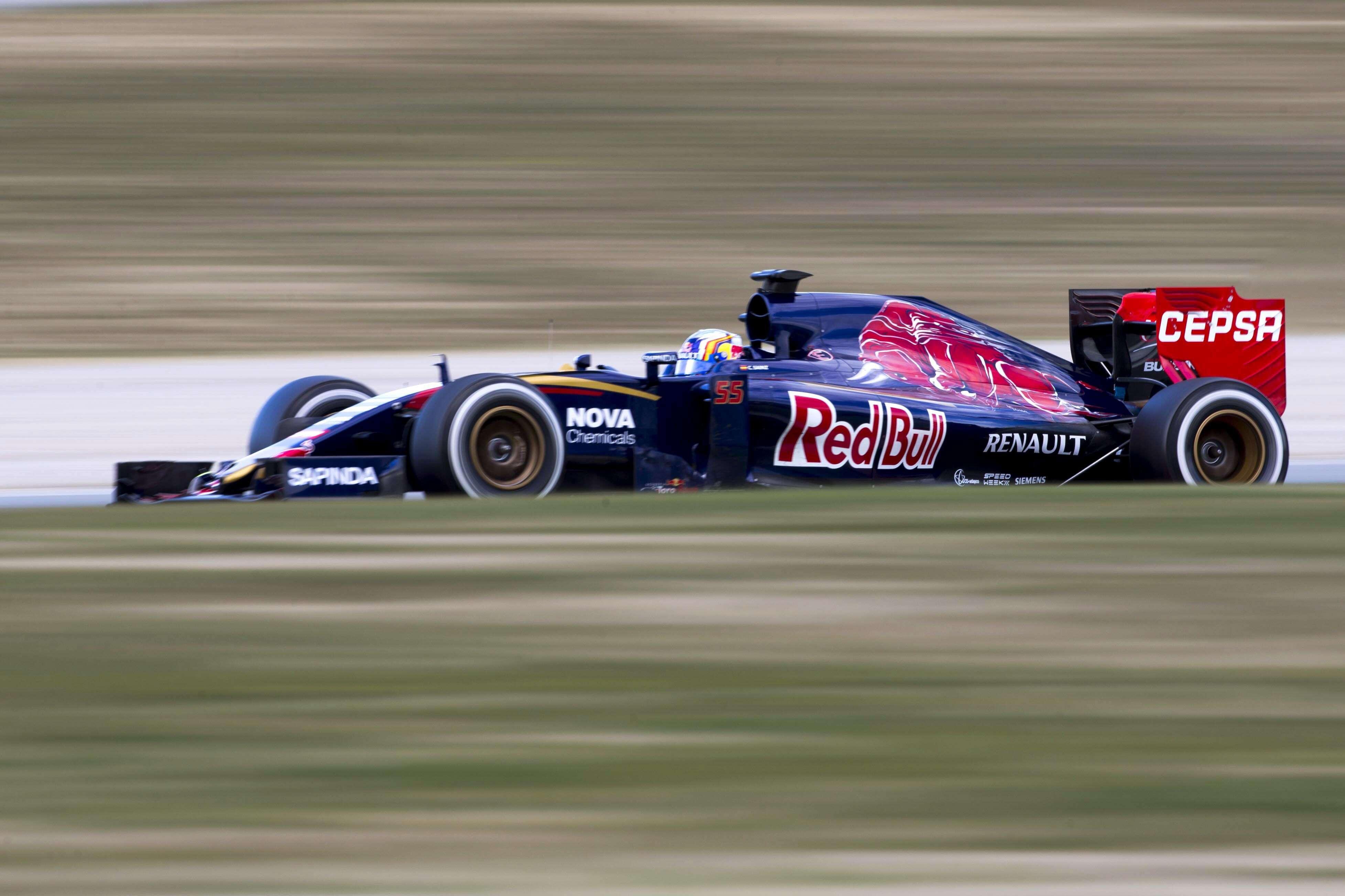El piloto Español de Toro Rosso Carlos Sainz, durante la sesión de entrenamientos de Fórmula Uno que se ha celebrado hoy en el circuito de Cataluña. Foto: EFE en español