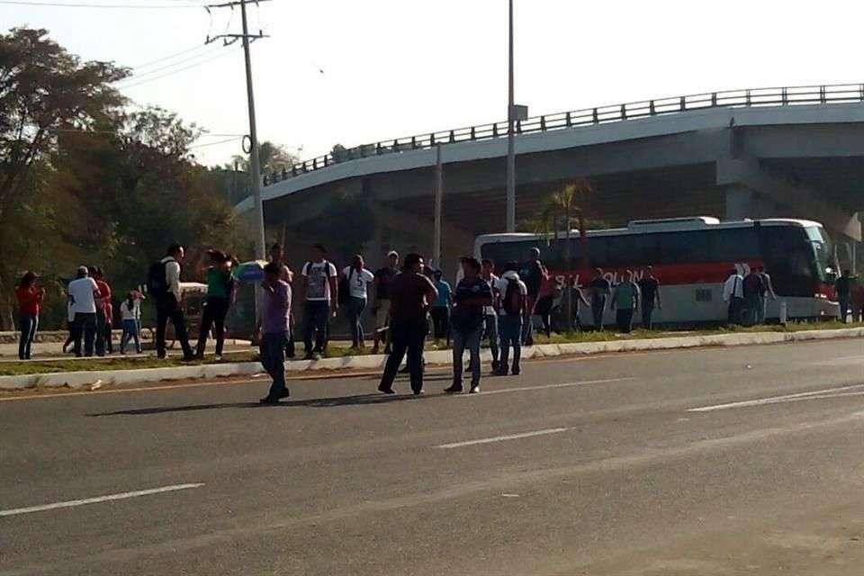 Los inconformes atravesaron camiones para impedir el paso Foto: Twitter
