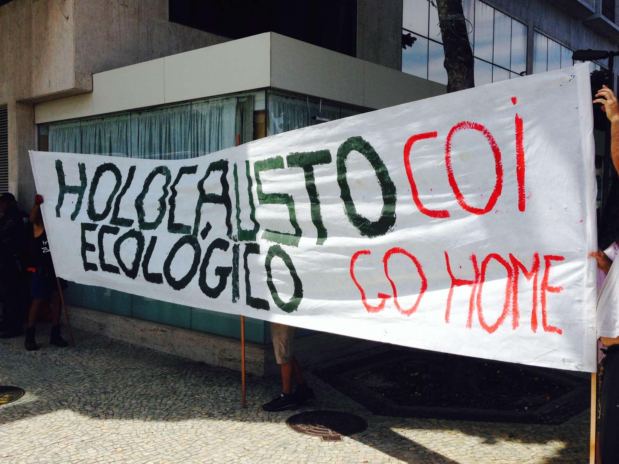 Manifestantes levaram faixas ao hotel em Copacabana onde o COI se reuniu Foto: André Naddeo/Terra