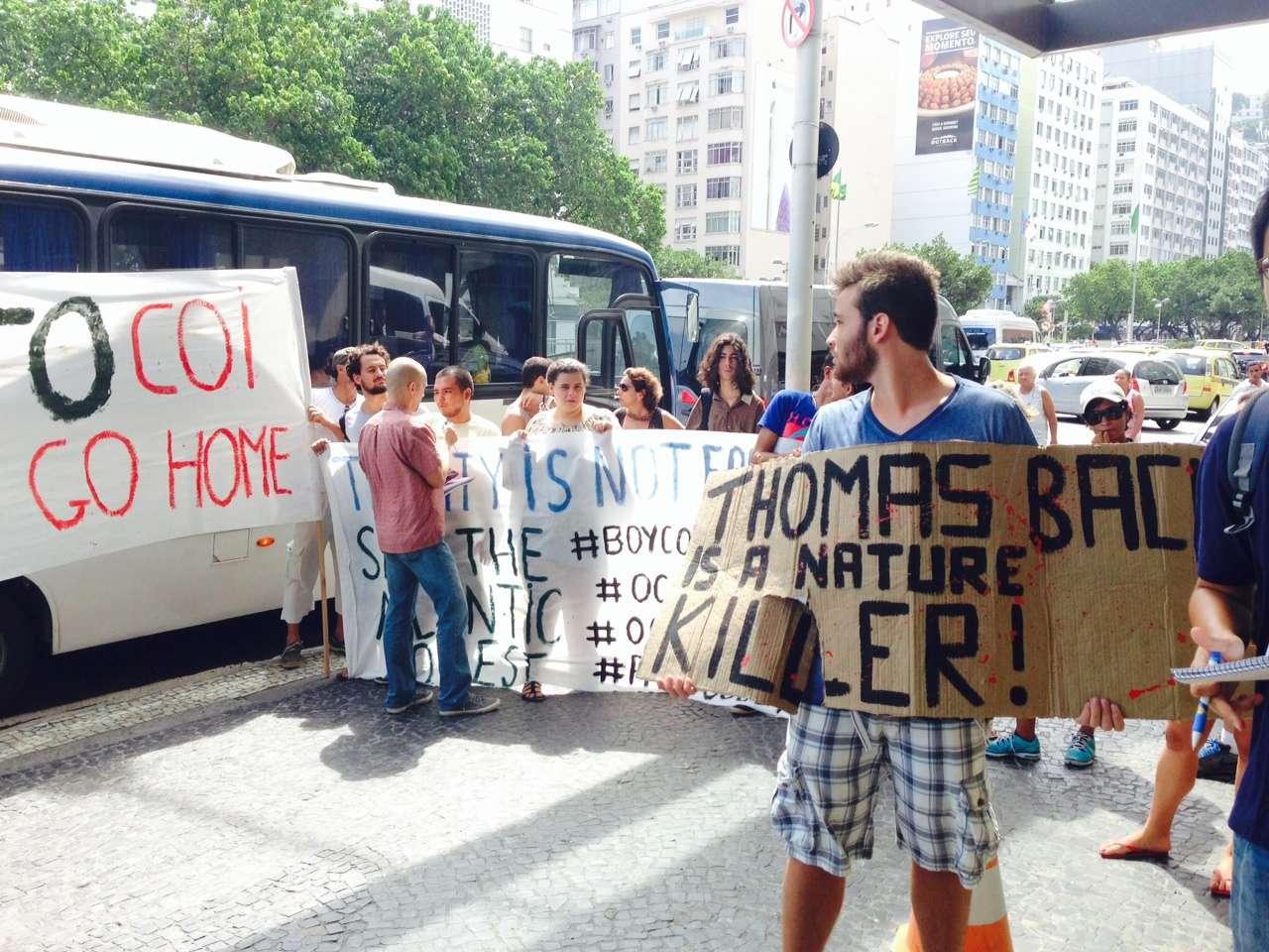 Alguns dos manifestantes invadiram o lobby do hotel com apitos Foto: André Naddeo/Terra