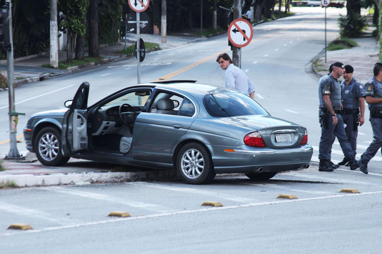 Carro de empresário foi abordado por criminosos durante a fuga Foto: Flávia Silva/Futura Press