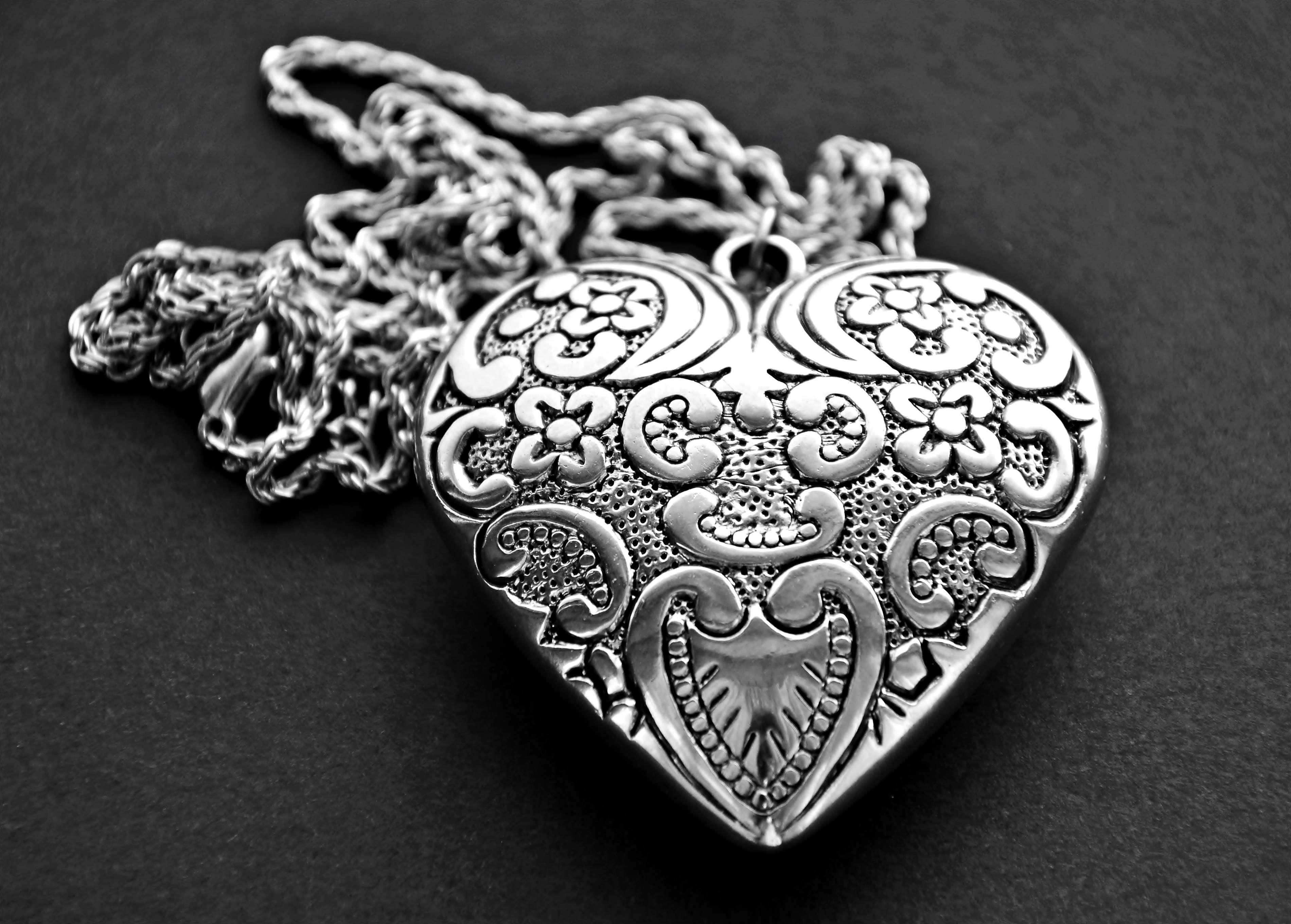 Hay trucos sencillos para reconocer la plata legítima de la que es solo chapa, es alpaca u otro metal. Foto: iStock