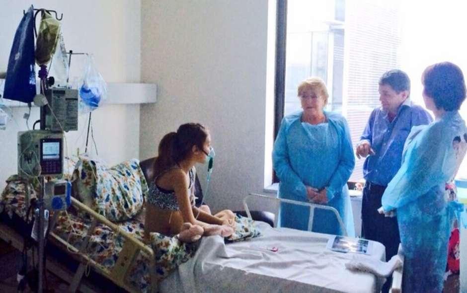 Valentina Maureira, la joven de 14 años que pide eutanasia en Chile, y la presidenta Michelle Bachelet. Foto: Twitter