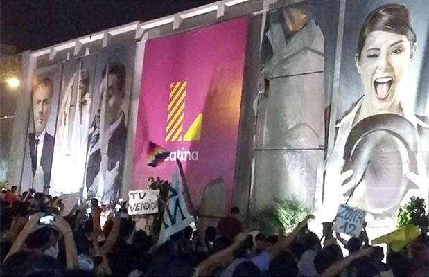 Fachada de Latina fue atacada por manifestantes de la Marcha contra la TV basura. Foto: Twitter