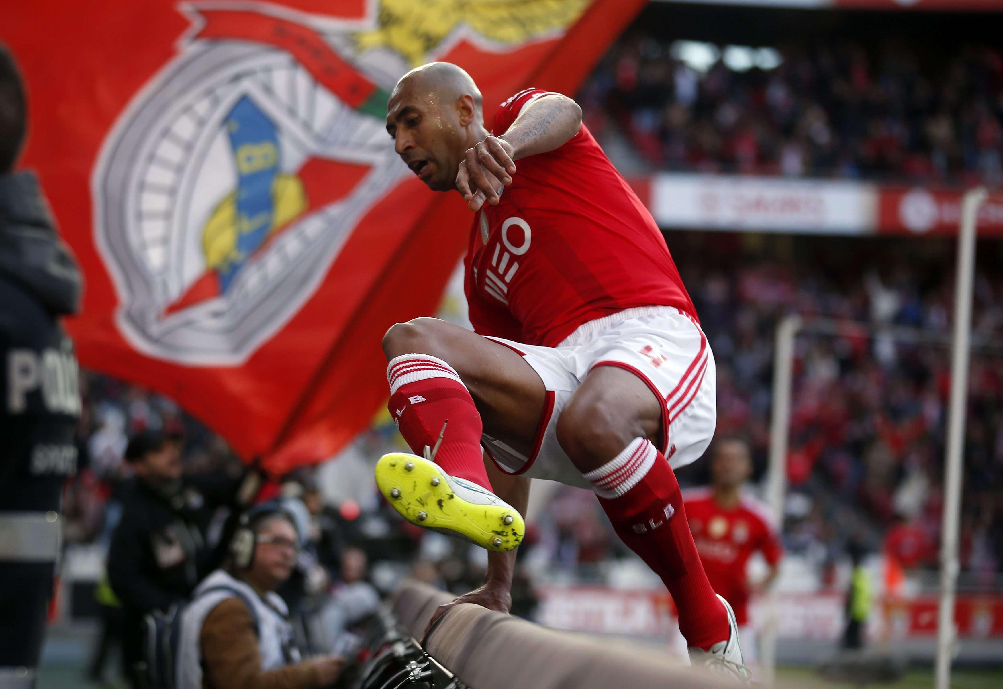 Luisão comemora um dos gols no massacre do Benfica Foto: Rafael Marchante/Reuters