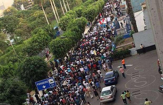 La Marcha contra la TV basura tuvo a los canales de televisión América TV y Latina en su recorrido por Lima. Foto: Facebook